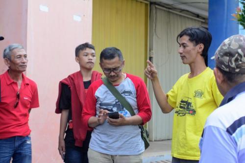 Om Erik (baju kuning) selaku tuan rumah sedang mengarahkan acara